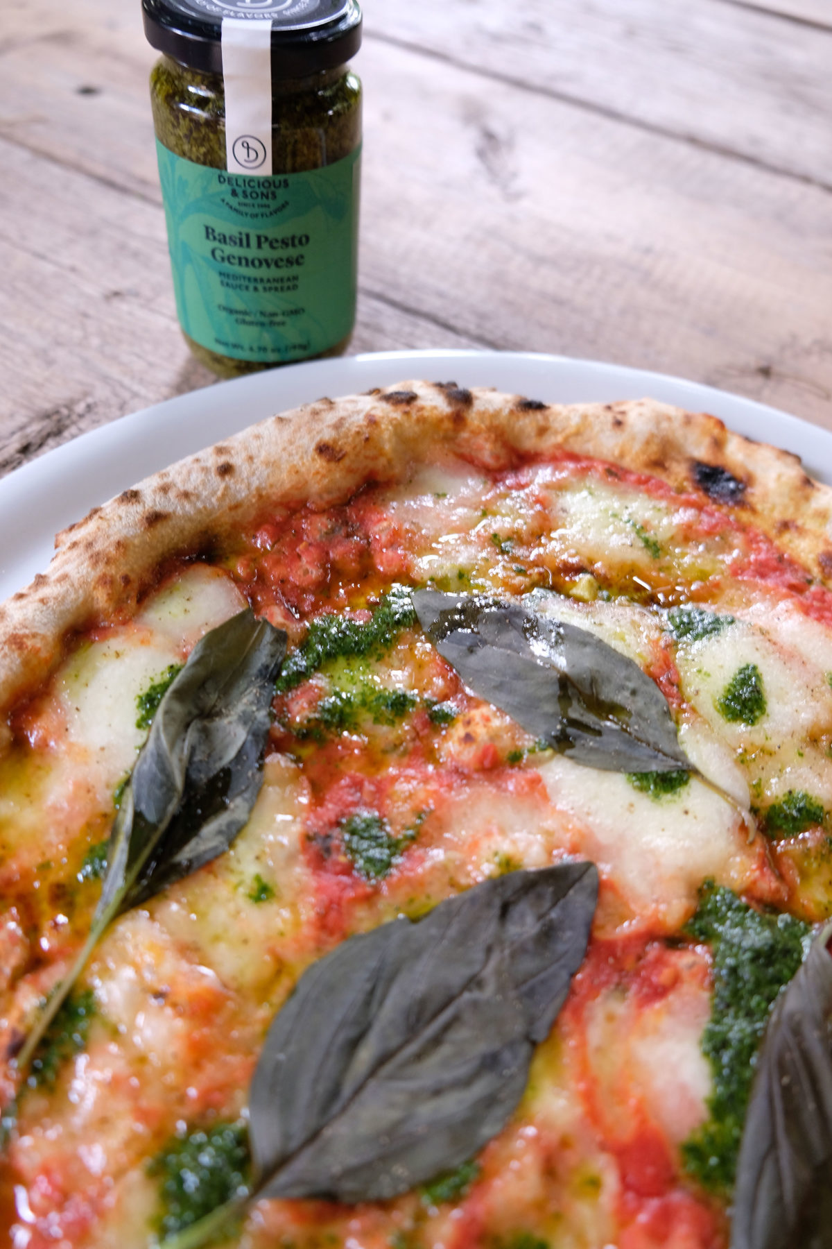 Pizza Margarita con Pesto Genovese por Ricky Mandle — Delicious & Sons