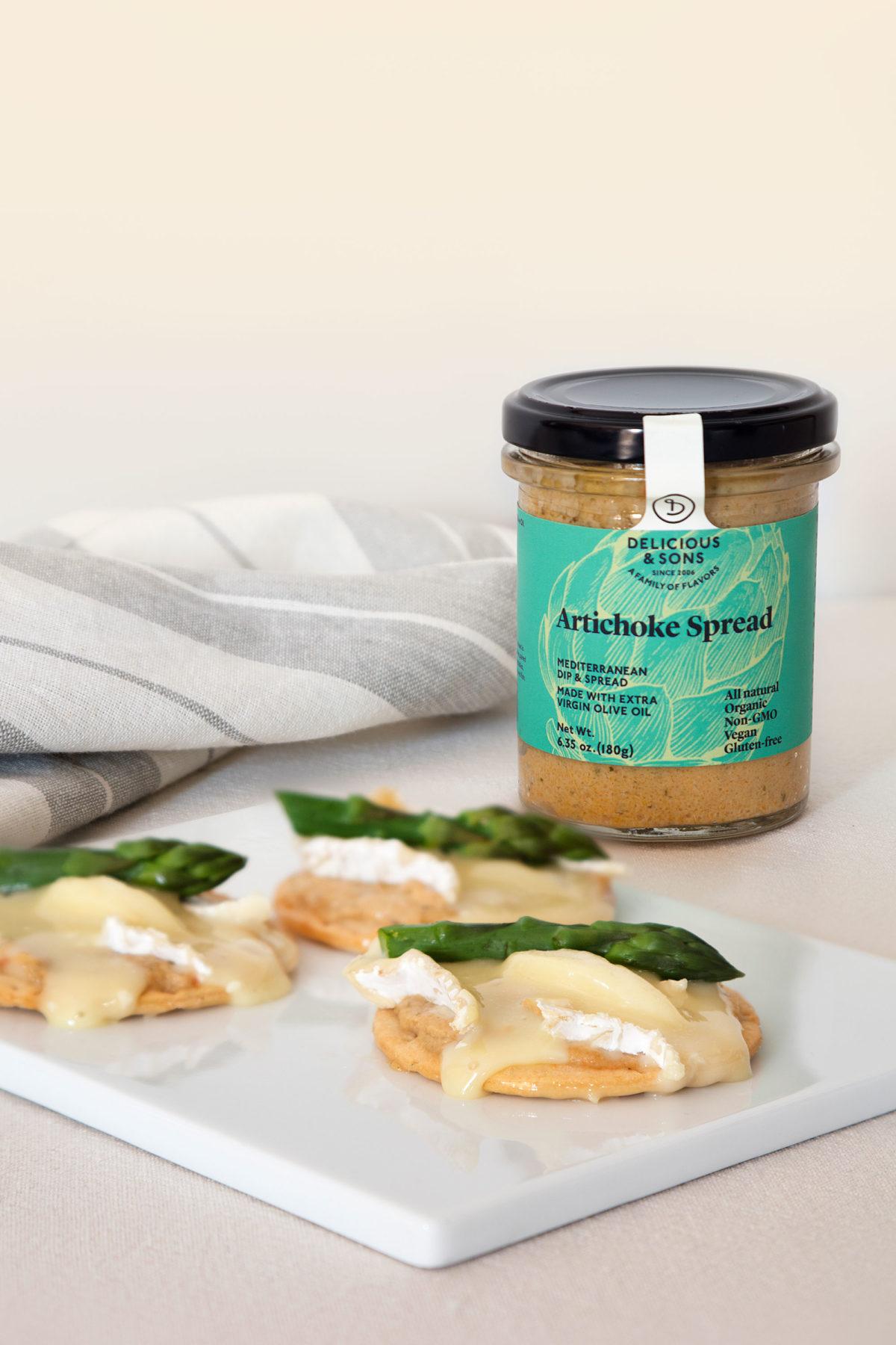 canapé-o-tostadas-con–paté-de-alcachofa-delicious-and-sons-brie-esparragos-trigueros-bodegon