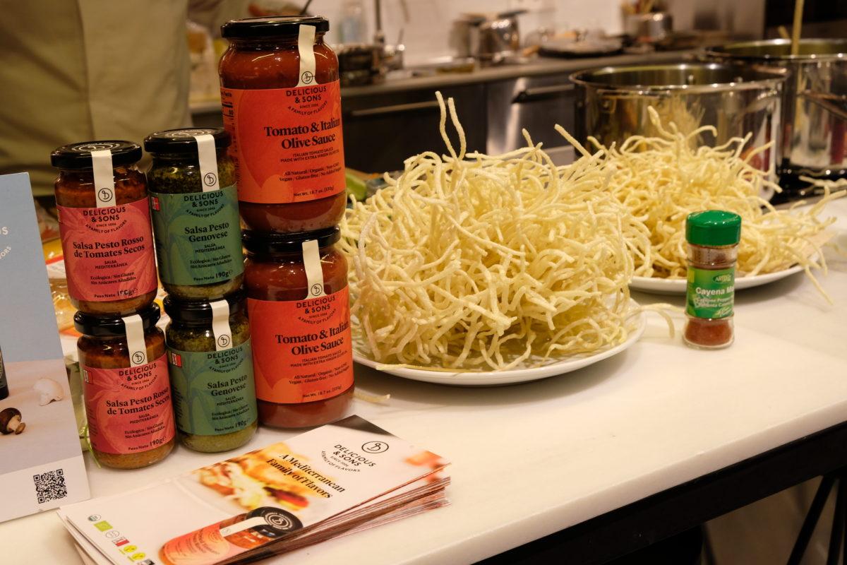 Wok de verduras con fideos crujientes por Ricky Mandle — Delicious & Sons